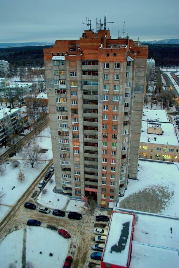 Winteransicht eines Wohnhohen gebäudes von der Höhe des 16. Stocks lizenzfreies stockfoto