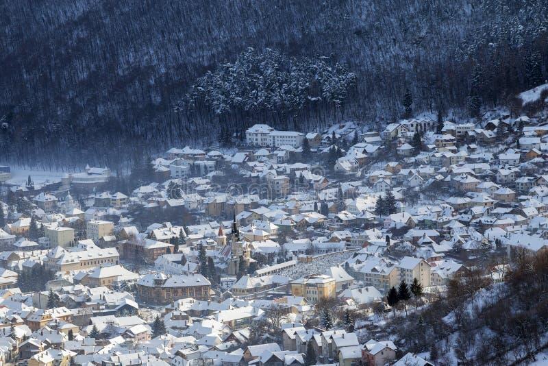 Winteransicht mittelalterlicher Stadt Brasov stockfotos