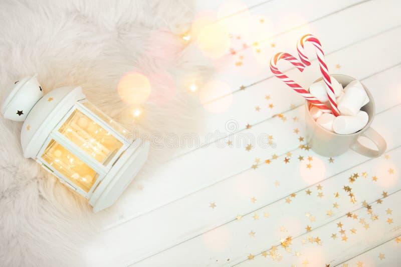 Winterbeker van warme drank met een snoepje op witte houten achtergrond stock fotografie