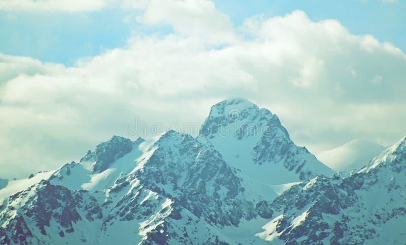 Winterberge mit Wolkenhippie-Weinlesefilter stockfoto