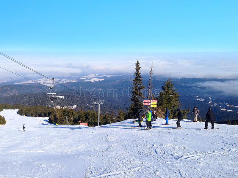 Winterberge, Steigungen im alpinen Skiort Borovets, Bulgarien stockbild