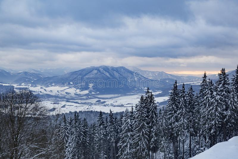 Winterberglandschaft, schneebedecktes Tal lizenzfreie stockbilder