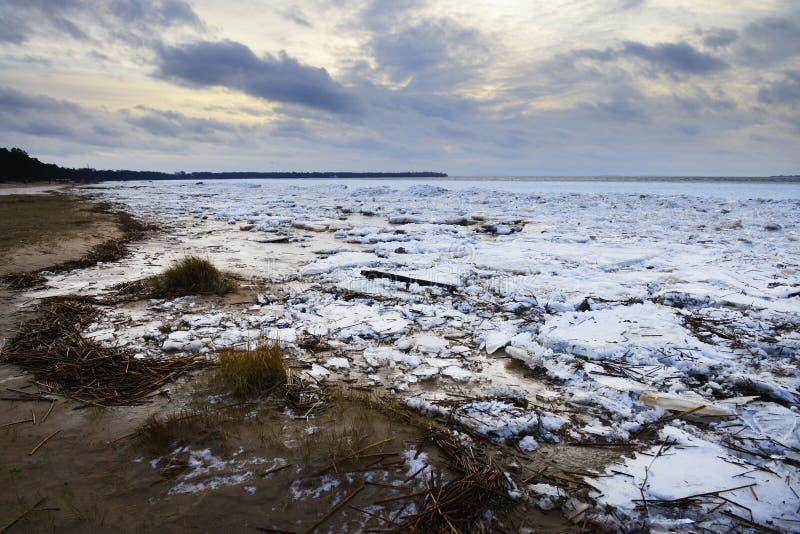Winterdämmerung auf einem gefrorenen Ufer lizenzfreie stockfotos