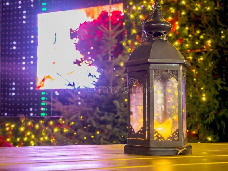 Winterdekoration mit einem Kerzenständer stockbild