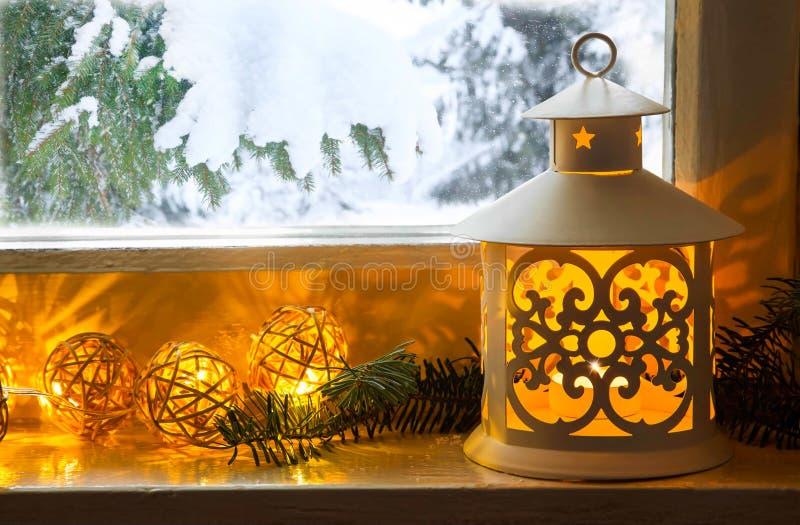 Winterdekoration mit Laterne auf Fensterbrett stockbild
