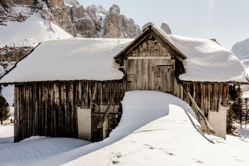 Winterdolomitbauernhof stockfotografie