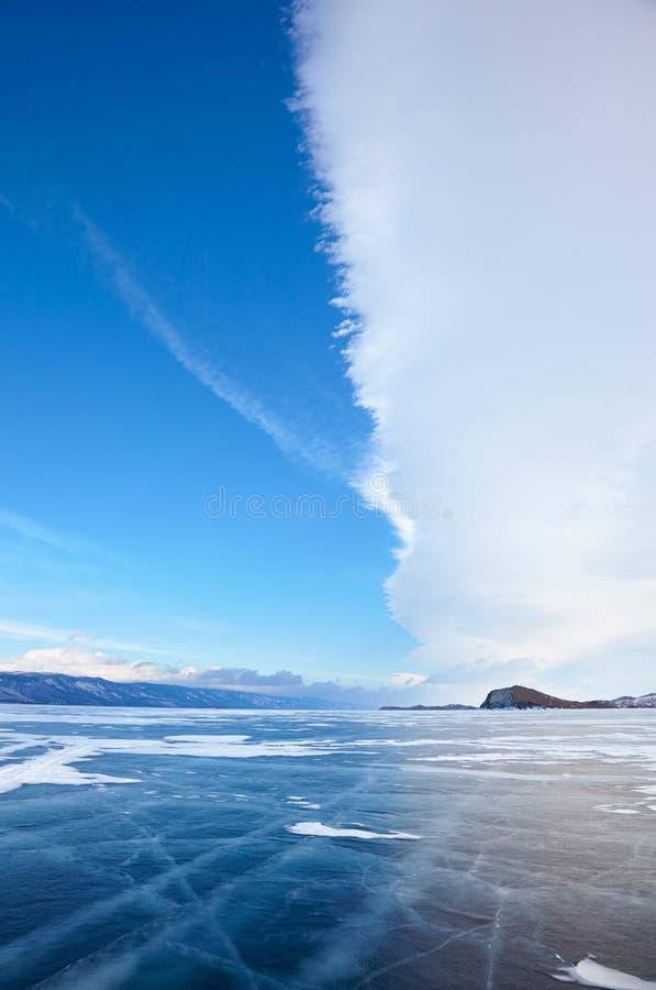 Wintereislandschaft auf dem Baikalsee mit drastischem Wetter bewölkt sich lizenzfreies stockbild