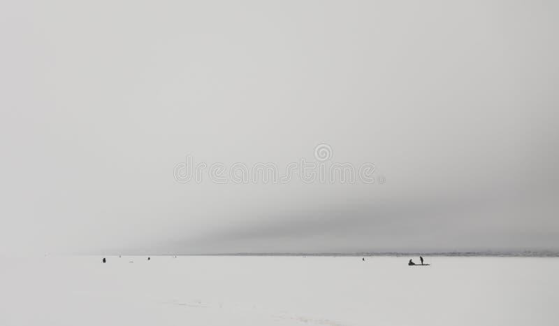 Winterfischerei auf Eis, natürlicher Hintergrund Fischer am See stockbild