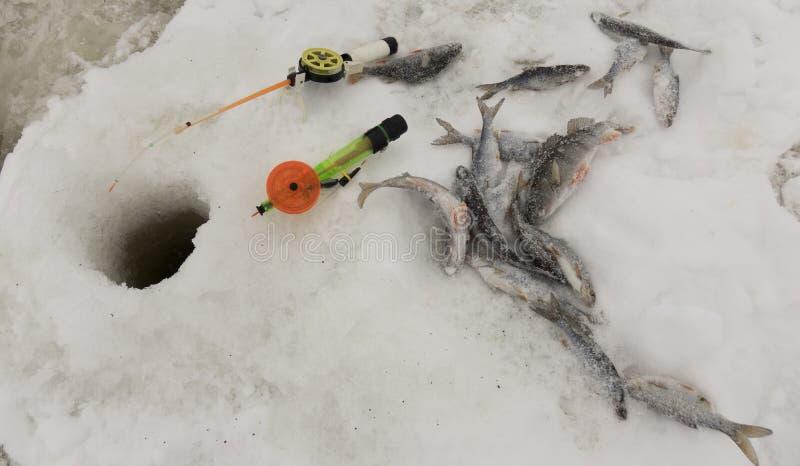 Winterfischerei auf Eis, natürlicher Hintergrund Fischer am See lizenzfreies stockfoto
