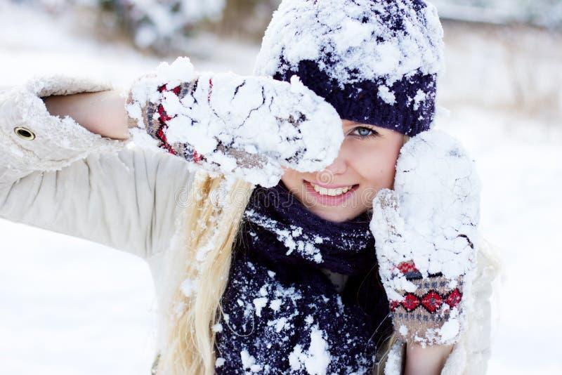 Winterfrau, die mit Schnee spielt lizenzfreies stockfoto