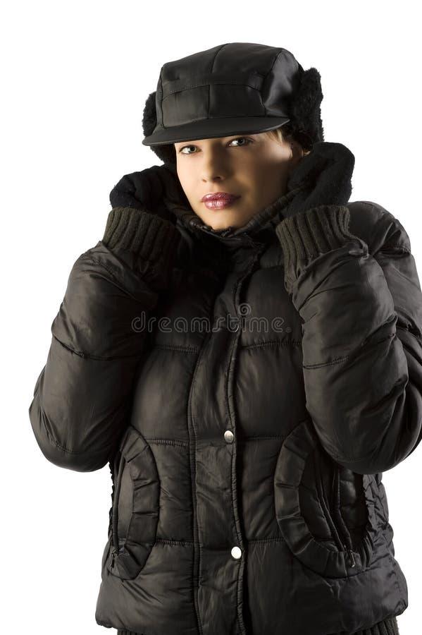 Winterfrau mit schwarzem Hut lizenzfreie stockfotografie