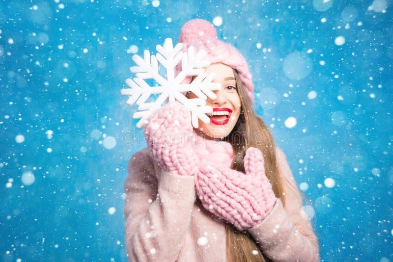 Winterfrauenporträt auf dem blauen Hintergrund lizenzfreies stockfoto
