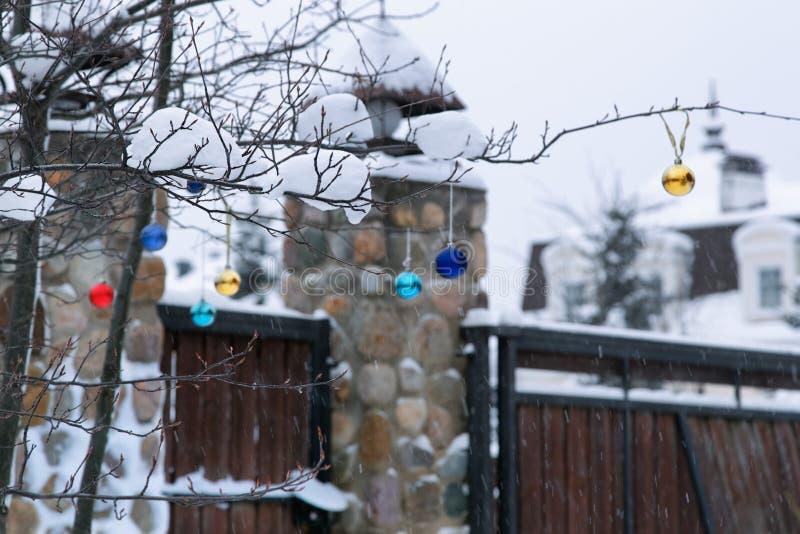 Wintergarden na neve com decoração do Natal imagem de stock royalty free