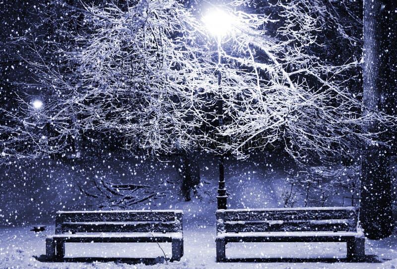 Wintergasse nachts stockbild