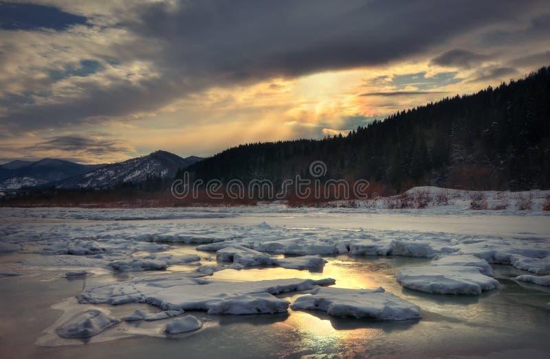 Wintergebirgsfluss im Eis stockfotografie