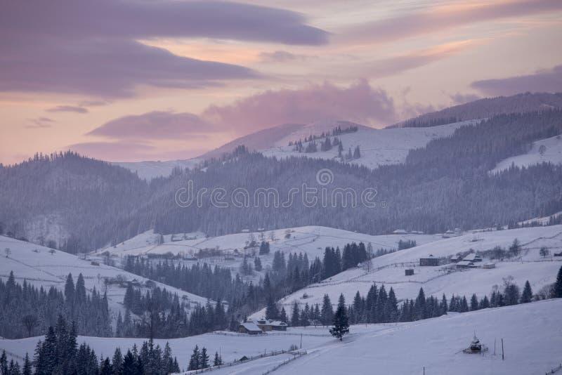 Wintergebirgslandschaft stockfotos