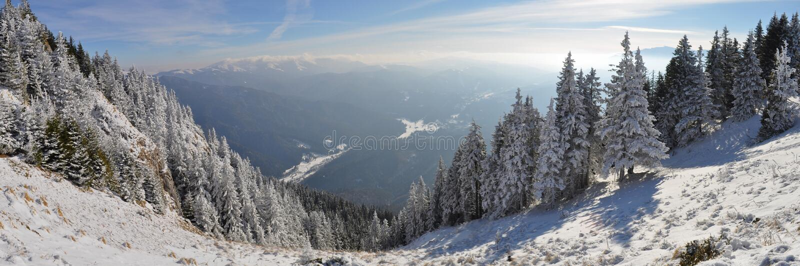 Wintergebirgspanorama lizenzfreie stockbilder