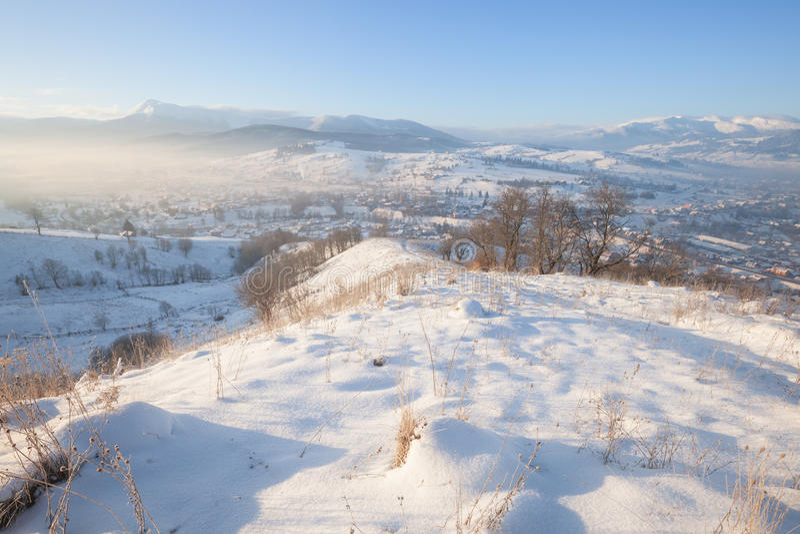 Wintergebirgsschneebedeckte Hügel stockfotos