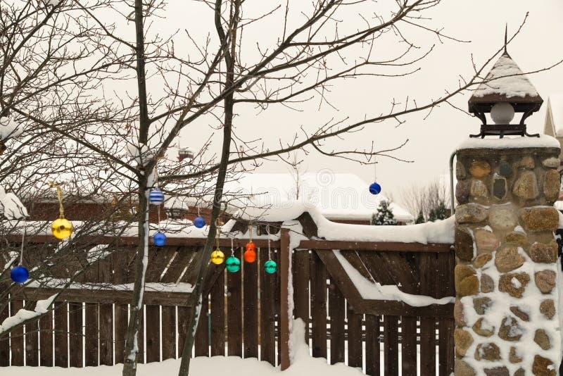 Winterhäuschengarten im Schnee mit Weihnachtsdekoration lizenzfreies stockfoto