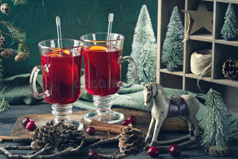 Winterheißes Getränk mit Orangen stockbilder