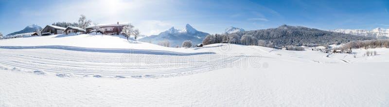 Winterherrschaft mit Langlaufloipe in den Alpen lizenzfreie stockbilder