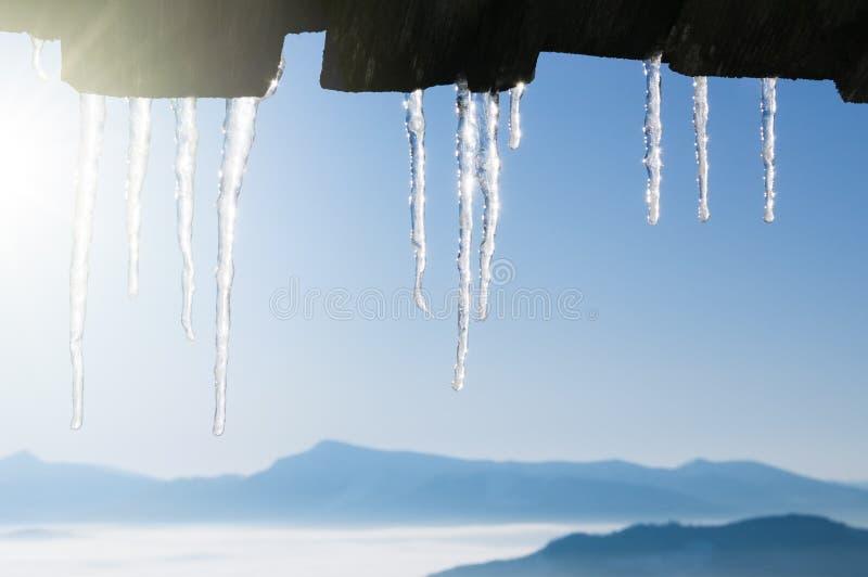 Winterhintergrund mit Eiszapfengrenze lizenzfreies stockbild