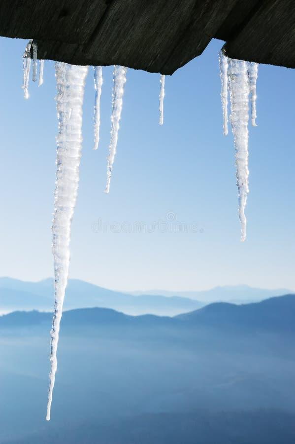 Winterhintergrund mit gestalteten Eiszapfen lizenzfreies stockbild