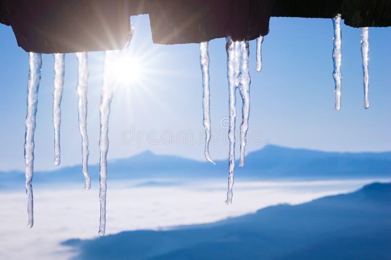Winterhintergrund mit gestalteten Eiszapfen lizenzfreie stockbilder