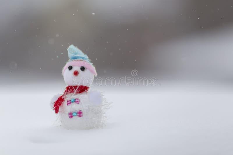 Winterhintergrund mit Schneemann und Schneeflocken lizenzfreie stockbilder