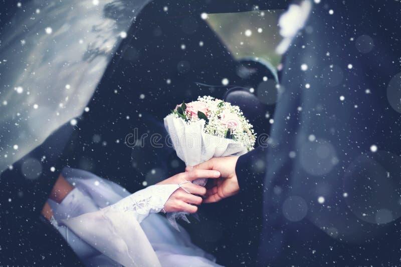 Winterhochzeits-Paarbräutigam trifft die Braut vom Auto mit a lizenzfreie stockfotos