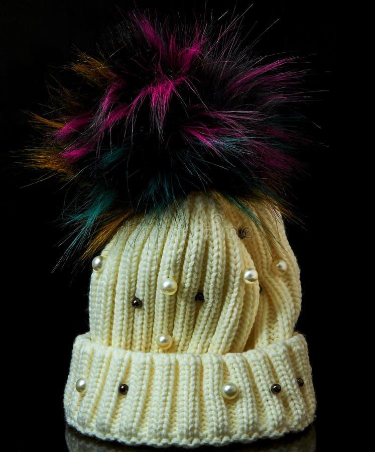 Winterhut mit dem Bubo und den Perlen auf einem Schwarzen lizenzfreie stockfotografie