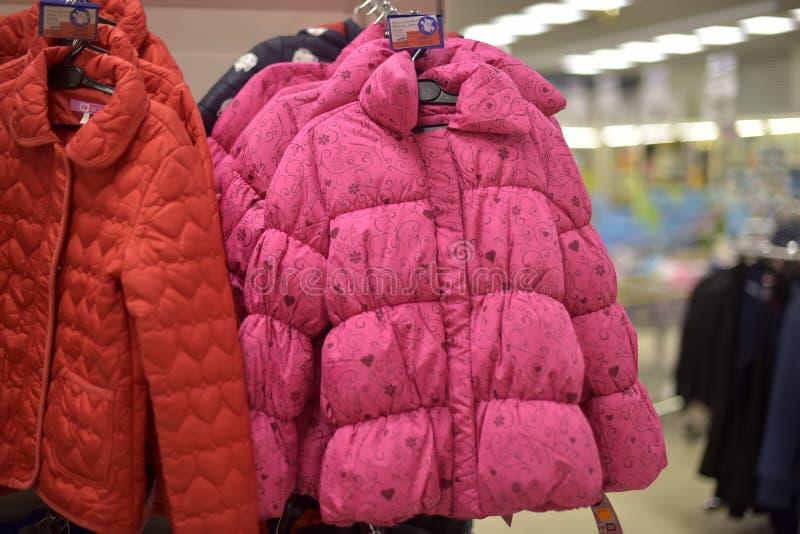 Winterjacken der Kinder, unten Jacken im Supermarkt lizenzfreie stockbilder