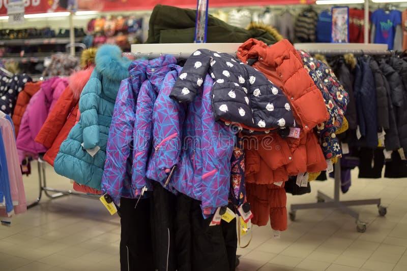 Winterjacken der Kinder, unten Jacken im Supermarkt stockfoto