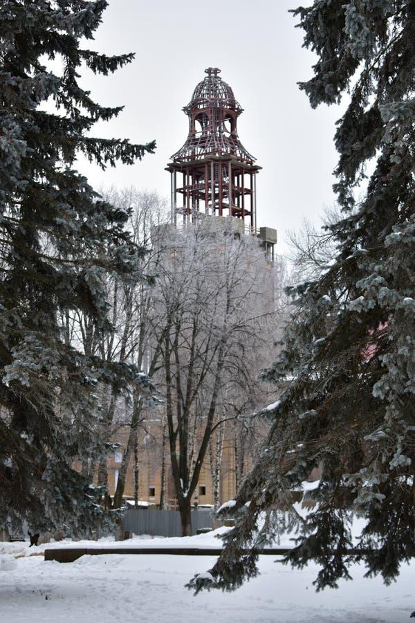 Winterkälte, die Wiederherstellung der Offenbarungs-Kathedrale und sein Glockenturm fährt in Kostroma fort stockfotografie