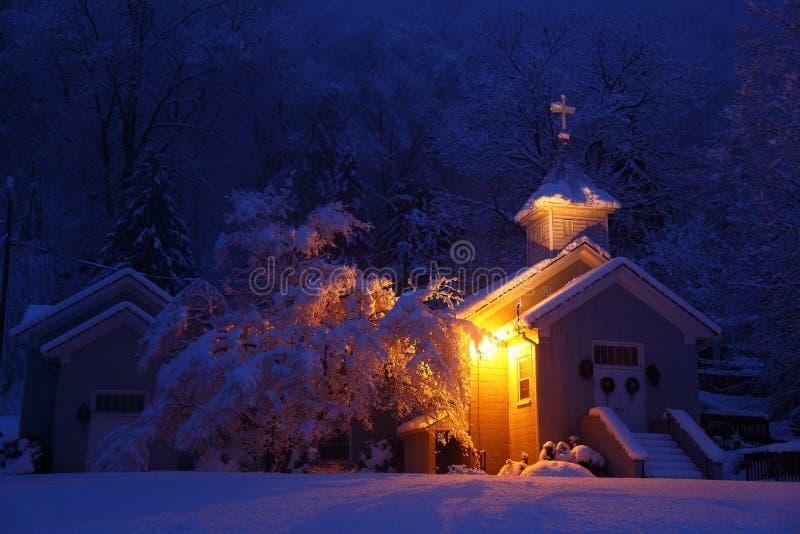 Winterkirche nachts stockbilder