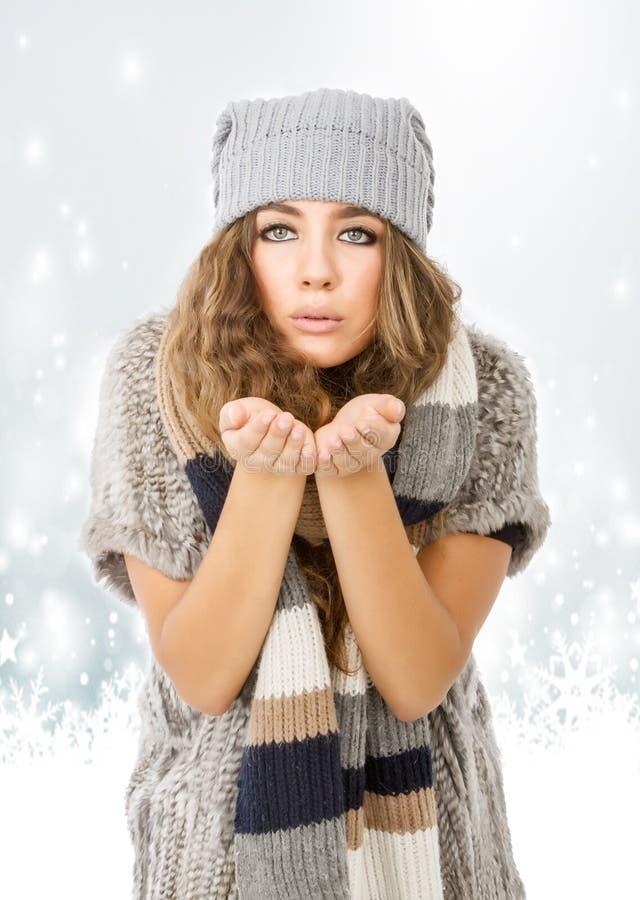 Winterkleid für ein nettes Modell, das Schnee schaut stockbilder