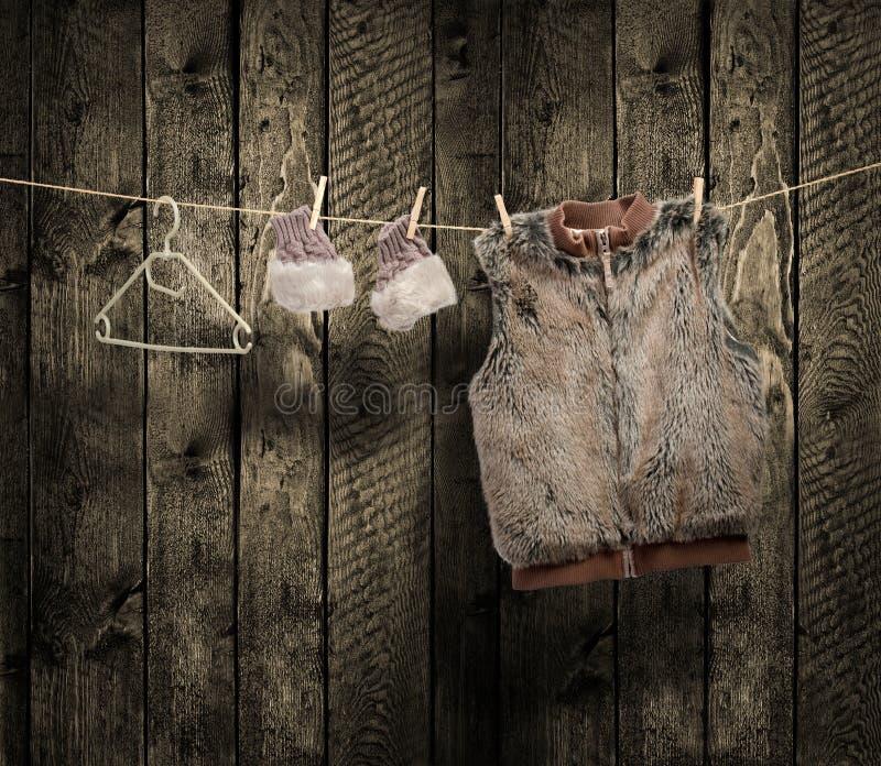 Winterkleidung der Frauen auf einer Wäscheleine lizenzfreies stockfoto