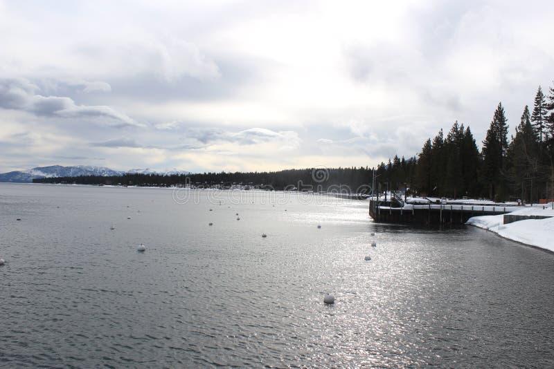 Winterlandscape bastante no lago foto de stock
