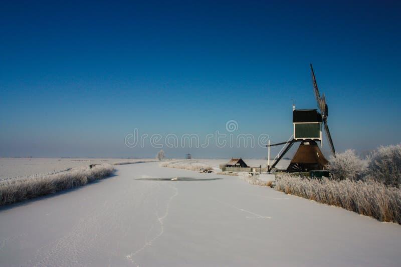 Winterlandscape néerlandais avec le moulin à vent images stock