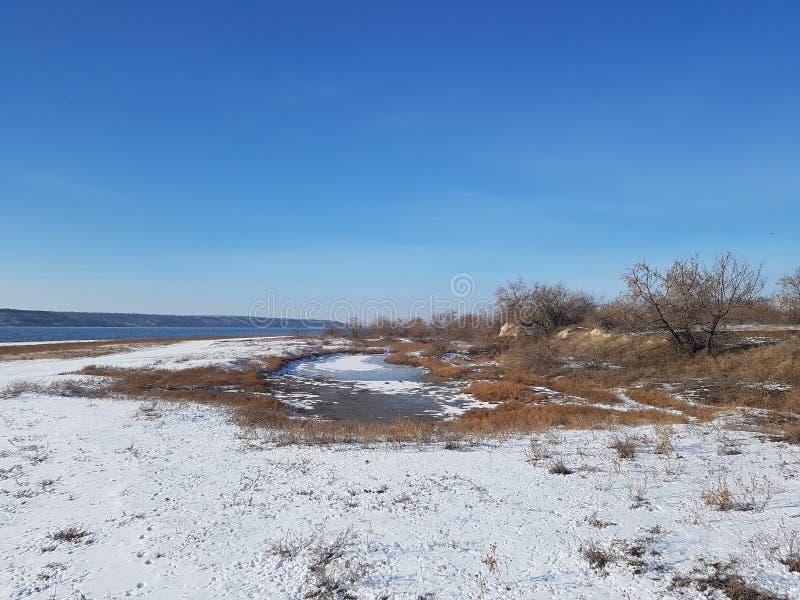 Winterlandschaft auf der Küste lizenzfreie stockfotografie
