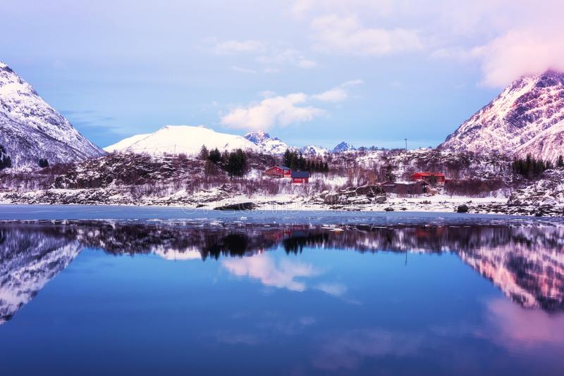 Winterlandschaft - Berge, See mit Reflexion im Wasser bei Sonnenuntergang, Lofoten-Inseln, Norwegen lizenzfreie stockbilder