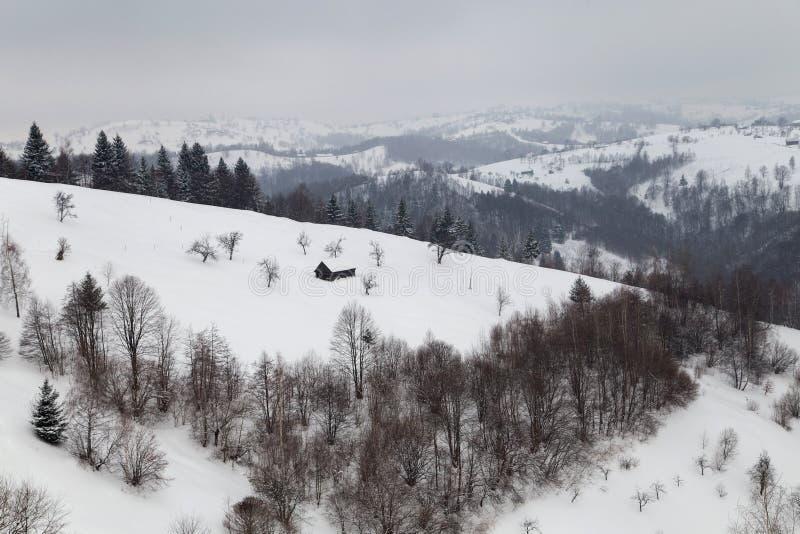 Download Winterlandschaft Des Transylvanian Dorfs Stockfoto - Bild von berge, haus: 106802534