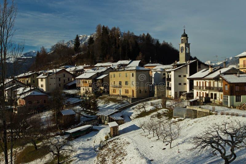 Winterlandschaft in einem kleinen Bergdorf stockfotos