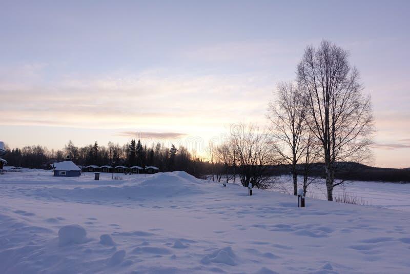 Winterlandschaft an einem schönen Morgen stockfotos