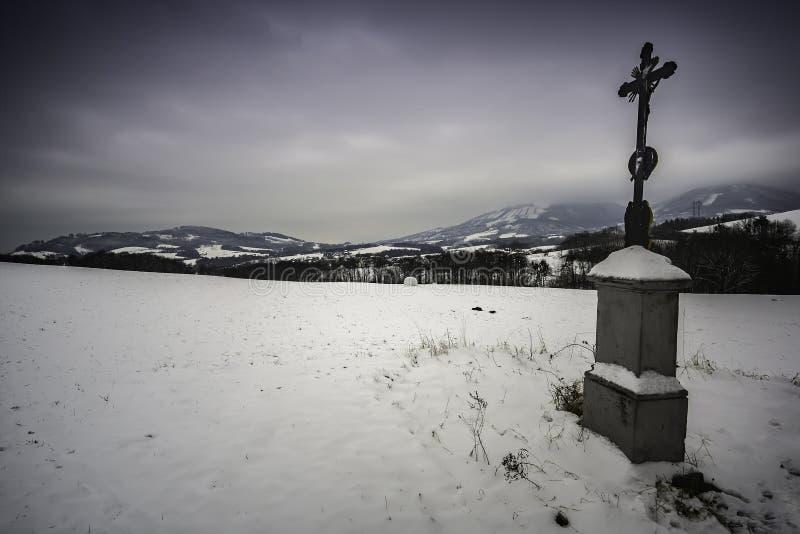 Winterlandschaft mit der Folterung des Gottes lizenzfreie stockfotos