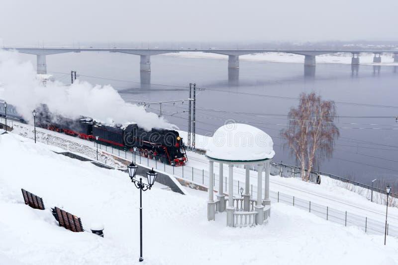 Winterlandschaft mit einem Dampfzug stockfoto