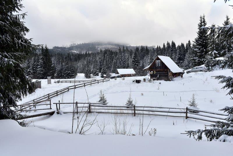 Winterlandschaft mit einer kleinen hölzernen Hütte lizenzfreie stockfotos