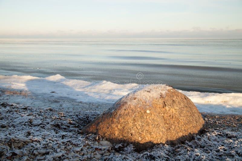 Winterlandschaft mit Eis auf Steinen stockfoto