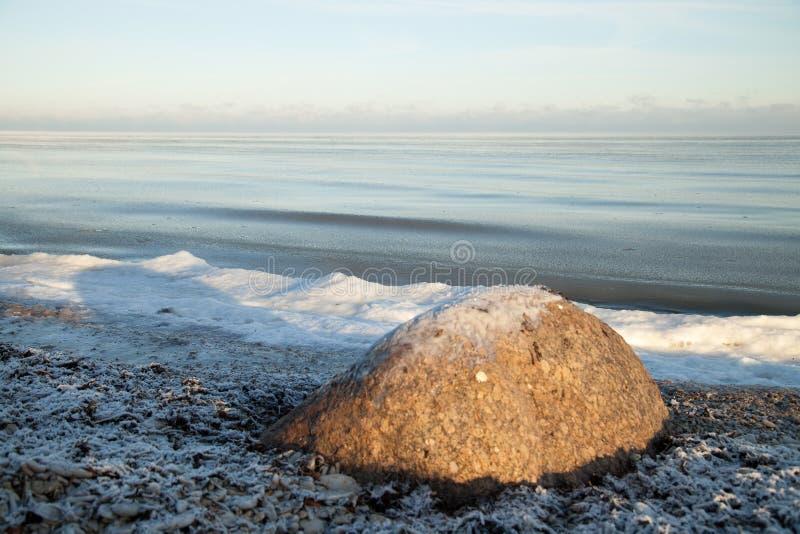 Winterlandschaft mit Eis auf Steinen lizenzfreies stockfoto