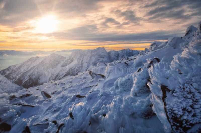 Winterlandschaft mit geschneiten Bergen und strukturiertem Eis, hohes Tatras, Slowakei lizenzfreies stockfoto